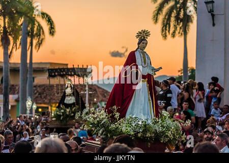 Pendant la période de Pâques appelé SEMANA SANTA statues religieuses sont exhibés à travers la ville au crépuscule Banque D'Images