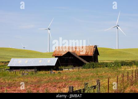 Éoliennes et la vieille grange Banque D'Images