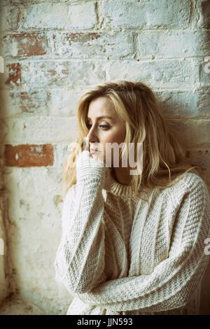 Sad young blonde woman Banque D'Images