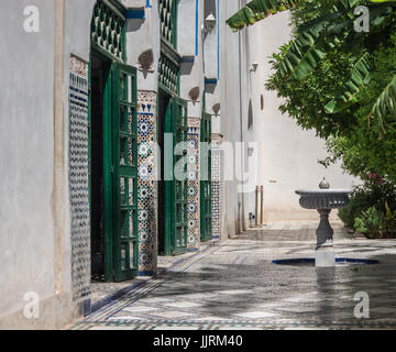 Fontaine dans le palais Bahia cour intérieure. Marrakech, Maroc Banque D'Images