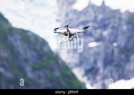 Drone quadcopter Dji Phantom 4 Pro avec caméra numérique 4K en survolant le Parc National de Folgefonna, Norvège Banque D'Images