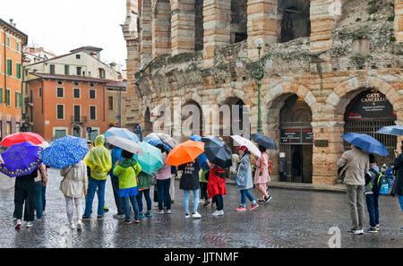 Vérone ITALIE UN JOUR DE PLUIE, À L'ARÉNA ET DE NOMBREUX parasols colorés Banque D'Images