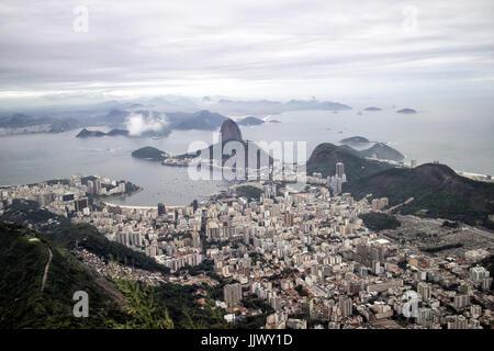 Vue panoramique sur la baie de Botofogo à Rio de Janeiro Vue de Rio de Janeiro à partir de la statue du Christ Rédempteur Banque D'Images