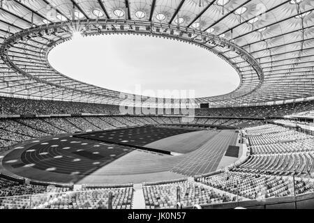 Des rangées de sièges du stade jaune et bleu sur le terrain de soccer stadium, noir et blanc Banque D'Images