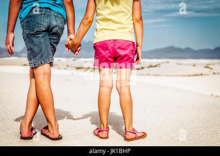 Mes filles pieds de sable au White Sands National Monument. Banque D'Images