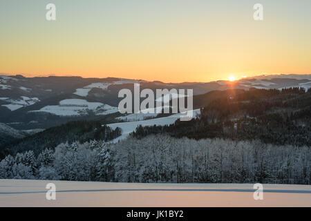 Golden sunny blue clair lever du soleil d'hiver sur un champ de neige et la vallée avec ciel bleu et la lumière Banque D'Images