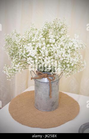 La respiration du bébé blanc Bouquet situé dans une baratte métallique avec corde rustique pour la décoration. Placé Banque D'Images