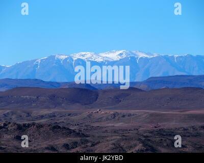 Paysage de montagnes du Haut Atlas au Maroc central vu de l'emplacement près de la ville de Ouarzazate dans la partie centrale de pays, ciel bleu clair en 2017 jour