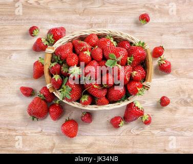 Des fraises fraîches dans panier sur fond de bois. Vue d'en haut. Haute résolution. Concept de récolte Banque D'Images