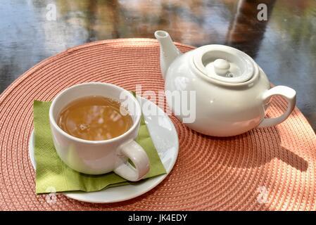 Service à thé avec pot et tasse pleine de thé sur une table au plateau Haus à Ann Arbor, Michigan, aux beaux jours. Banque D'Images