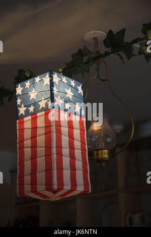 USA, West Virginia, Harpers Ferry, Parc historique national Harpers Ferry, lanternes drapeau américain en magasin Banque D'Images