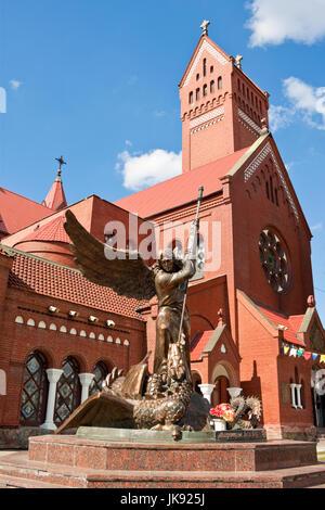 Statue de l'archange Michel et l'Église catholique de Saint Simon et de Sainte-Hélène sur la place de l'indépendance Banque D'Images
