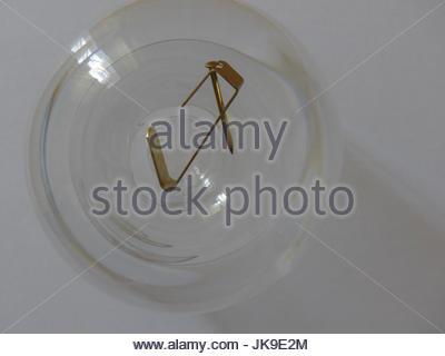 Photo hook reposant sur verre inversé. Banque D'Images