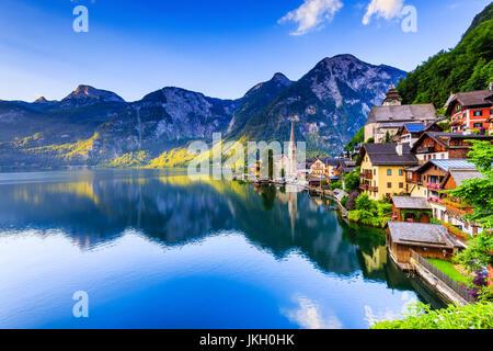 Hallstatt, Autriche. Village de montagne dans les Alpes autrichiennes au lever du soleil.