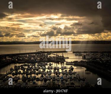 Go - DEVON: Coucher de soleil sur le port de Torquay et Torbay Banque D'Images