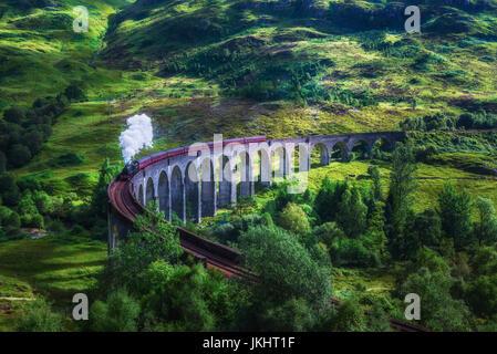 Viaduc de Glenfinnan en Ecosse avec le train à vapeur Jacobite passant au-dessus. Style vintage artistique de la Banque D'Images