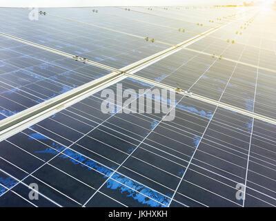 Power Plant à l'aide d'énergie solaire renouvelable ou de cellules solaires avec Sun Banque D'Images