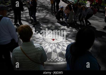 Imaginez mosaic dédié à John Lennon dans Central Park New York USA Banque D'Images