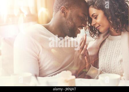 Couple heureux heureux d'être ensemble Banque D'Images