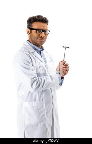 Jeune professionnel médecin à lunettes holding marteau à réflexe isolated on white Banque D'Images