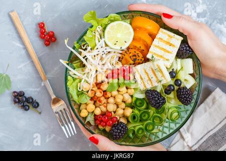 Déjeuner végétalien sain - Bouddha bol de légumes, les pois chiches et le tofu. Banque D'Images