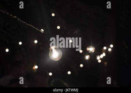 Les lampes de la guirlande qui brûle dans la nuit Banque D'Images