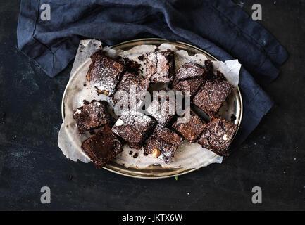 Brownie au chocolat noir et noix carrés sur un plateau d'argent Banque D'Images