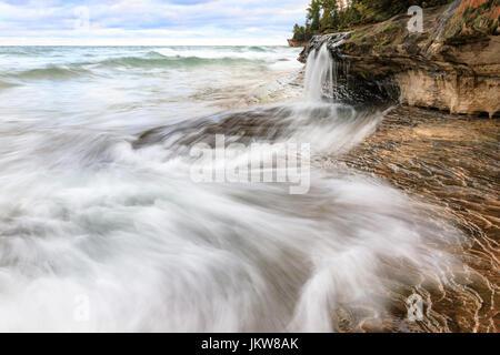 Elliot Falls se déverse dans le lac Supérieur sur la plage de mineurs à Pictured Rocks National Lakeshore. Situé Banque D'Images
