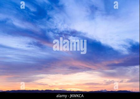 L'avenir, le temps qui passe, nouveau jour, ciel, bleu lumineux, couleurs jaune et orange coucher du soleil lever Banque D'Images