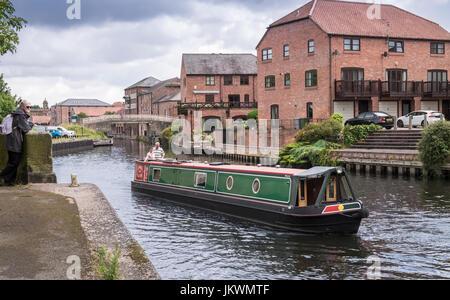 Voyager bateau traditionnel sur la rivière Trent, à travers la région de riverside populaires Newark upon Trent, Banque D'Images