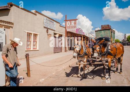 Mule-appelée conducteur de diligence s'attendent les clients à Tombstone Arizona