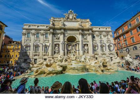 Grande foule de touristes profitant de la fontaine de Trevi à Rome Italie sur une chaude journée d'été Banque D'Images