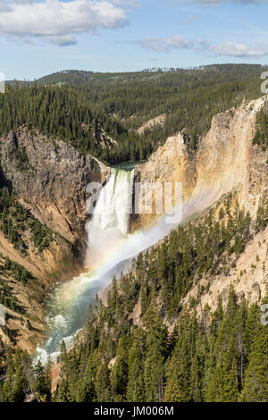 Ciel bleu et un arc-en-ciel à Lower Falls dans le Grand Canyon de la Yellowstone en parc national de Yellowstone, Banque D'Images