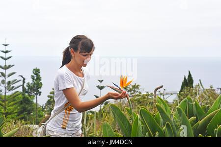 Jeune femme avec des fleurs sur l'île de Madère Strelitzia Banque D'Images