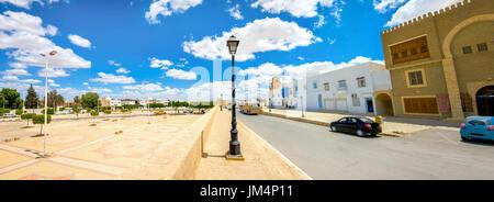 Vue panoramique de street et l'entrée dans la ville de Kairouan. La Tunisie, l'Afrique du Nord Banque D'Images