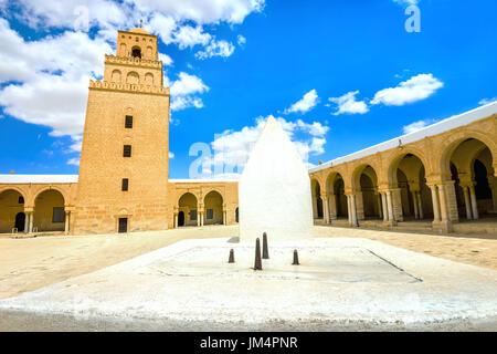 L'ancienne Grande Mosquée et cadran solaire à Kairouan. La Tunisie, l'Afrique du Nord Banque D'Images