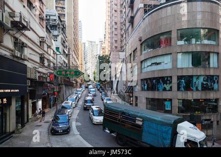 HONG KONG - 22 octobre 2016: ruelle étroite avec le trafic entre les immeubles de grande hauteur à Soho, l'île Banque D'Images
