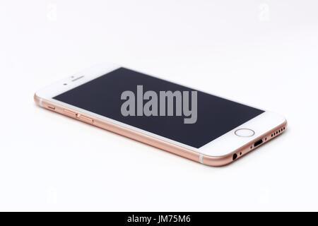 Or rose, rose blanc Apple iPhone 6S blanc avec écran noir se trouvant isolé sur fond blanc Banque D'Images