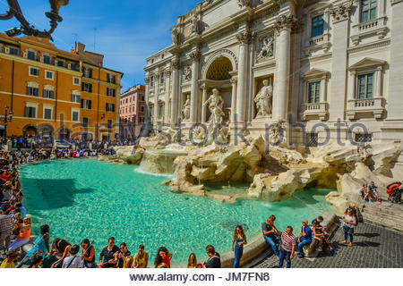 Le beau chef d'œuvre de la renaissance la fontaine de Trevi dans le Quirinale de Rome Italie sur une chaude journée Banque D'Images
