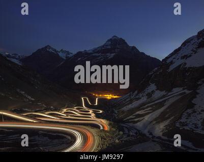 Véhicule léger sur les sentiers Cuesta Caracoles Los Andes, la route de Portillo Ski Resort et la frontière argentine: Banque D'Images