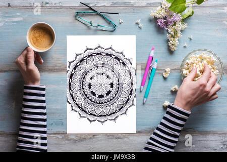 Mise à plat, les femmes adultes à colorier coloriage, nouvelle tendance du stress Banque D'Images