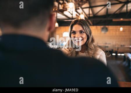Belle jeune femme avec un homme au bar. Couple au bar. Banque D'Images