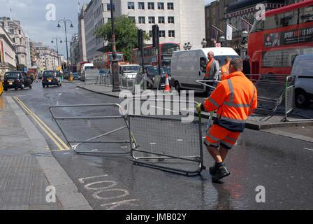 Londres, Royaume-Uni. 27 juillet, 2017. Les obstacles mis en place dans le volet extérieur de la gare de Charing Banque D'Images