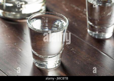 Effacer les coups de vodka russe prêt à boire Banque D'Images