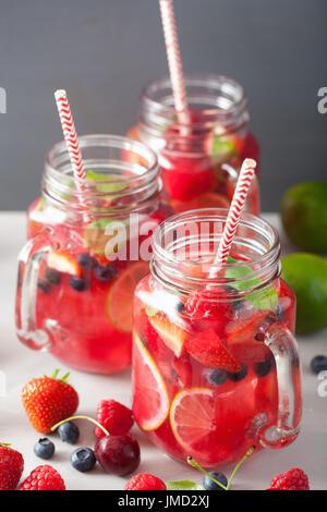 Limonade aux petits fruits d'été avec de la chaux et de la menthe en pot Mason