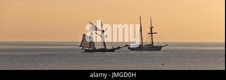 Deux grands yachts amarrés à St Mary's son, lumière du soir, Penzance, Cornwall, England, UK. Banque D'Images