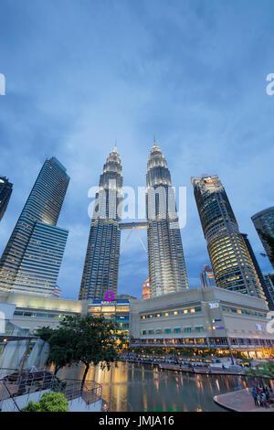 Les Tours Petronas au crépuscule, Kuala Lumpur, Malaisie Banque D'Images