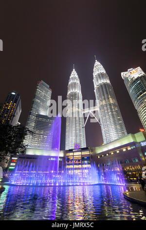 L'eau du lac symphonie KLCC fountain show, Kuala Lumpur, Malaisie Banque D'Images