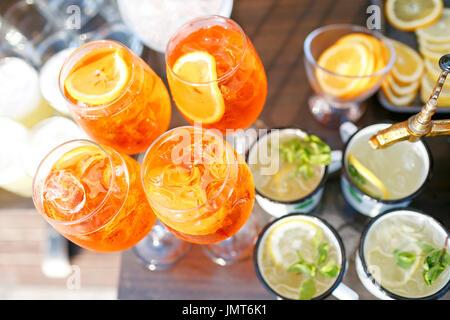 Aperol spritz cocktail dans le verre embué, selective focus Banque D'Images