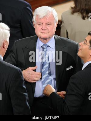 """Washington, D.C. - 28 janvier 2008 -- Le sénateur américain Edward M. Kennedy 'Ted' (démocrate du Massachusetts) parle avec les autres membres du Congrès après le président des États-Unis George W. Bush dernière l'état de l'Union à une session conjointe du Congrès des États-Unis dans la chambre de la Chambre des représentants des États-Unis à Washington, D.C. le lundi, Janvier 28, 2008. Dans son discours, le président a parlé de l'économie, du logement, du commerce, de la guerre en Irak, l'Iran, et la nécessité d'une coopération bi-partisan de """"comment que républicains et démocrates peuvent concourir pour voix et cooperat"""